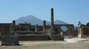 800px-Ruins_of_Pompeii_showing_Mount_Vesuvius